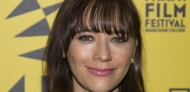 Rashida Jones' New Sitcom, 'Kevin Can Fuck Himself,' Sounds Like an Amazing Take on Awful Sitcom Tropes